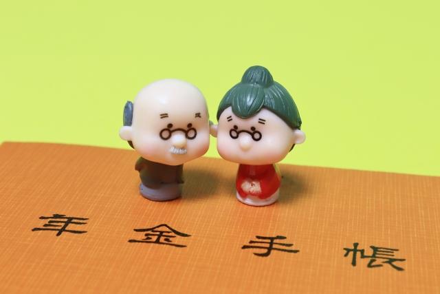 高齢夫婦と年金手帳