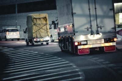 走行中の大型10tトラック