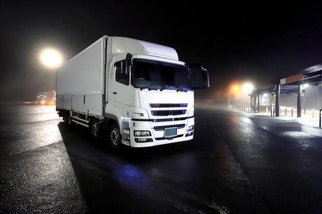 走行中の大型トラック