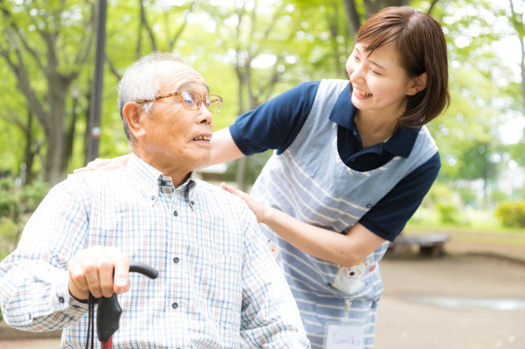 老人を介護している