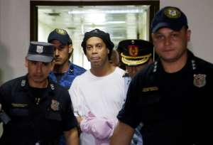 ロナウジーニョ氏刑務所で拘束