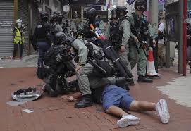 武力で取り締まる警察隊