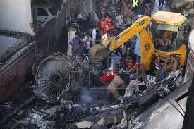 パキスタン飛行機墜落