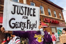 フロイド正義と書かれた抗議シーン