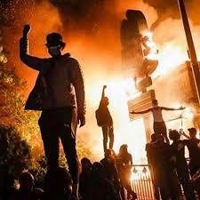 警官に抗議の暴動