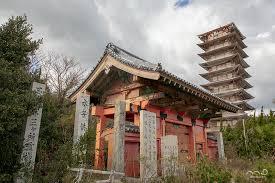 荒廃した門と十重之塔