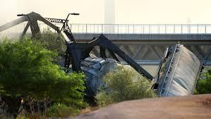 アリゾナ州フェニックス近郊、貨物列車橋の上で脱線