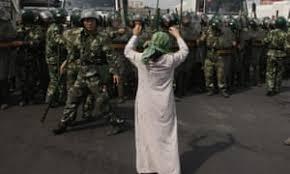 ウイグル人を取り締まる中国兵