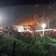 旅客機が着陸失敗して大破
