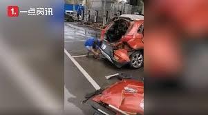 充電中の電気自動車が爆発