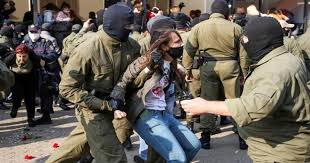 女性を次々拘束する警察