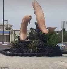 モロッコの彫刻家が手がけていた2匹の魚の彫像