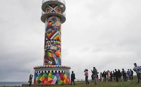 派手に塗られたアホ岬の灯台