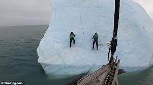 ひっくり返る氷山の上にいた探検家