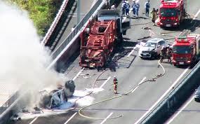 車両運搬用の大型トラックが炎上