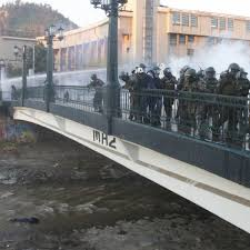 警官が少年を橋から投げ落とした容疑