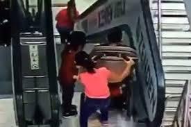 エスカレーターにベビーカーを押して乗った子供が転落