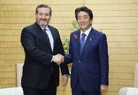安倍前首相と握手するクルーズ上院議員