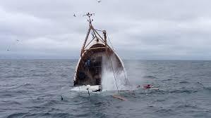 転覆した船
