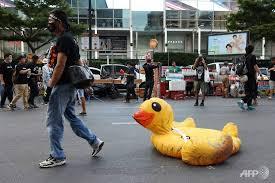 タイのデモ 抗議のシンボルは黄色いアヒル