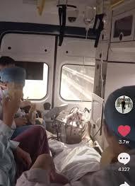 救急車の中で医師がバナナ食べる