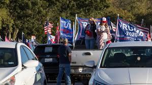バイデン候補の選挙バスをトランプ支持者が妨害
