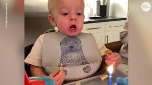ケーキのロウソクの火を吹き消すことができない1歳児