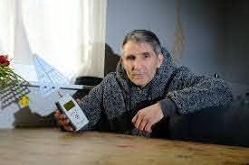 電磁波過敏症の男性、暖房が使えず冬の間は家族と離れて暮らす