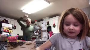 学校に提出する動画とは知らずに、娘の背後で父が踊りまくる
