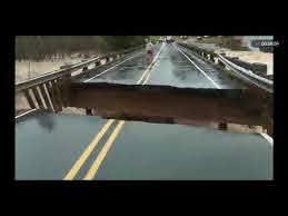 洪水の中継中に橋が崩落