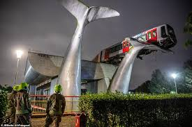 クジラの彫刻が電車救う オランダ