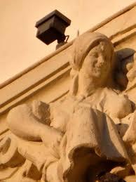 スペインのカスティーリャ・イ・レオン州パレンシア市内に1919年に建てられ た由緒ある建築物の芸術的な彫刻