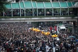 タイのデモ隊、警察本部にペンキまき散らす