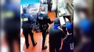 無銭飲食で天井裏に逃げた女、警察官の目の前に落下