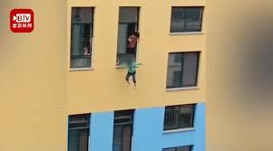 男児が3階から飛び降りる