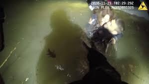 米国人女性が、氷点下の川で沈没した車から警察に救出