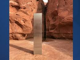 ユタ州の渓谷にある鋼でできた三角形の柱
