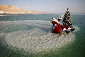 死海に浮かぶサンタ