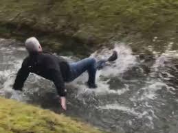 小川を飛び越えられず携帯と共に着水の父