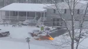火炎放射器で除雪する男性