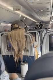 機内で前方に座る女性の非常識な行動に激怒した後ろの乗客