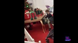 サンタにおもちゃを断られ、溢れる涙が止まらない少年