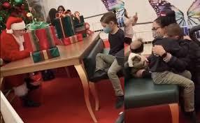 サンタにおもちゃを断られ、涙が止まらないマイケル君