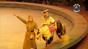 ナチスの軍服を着たサルのサーカス