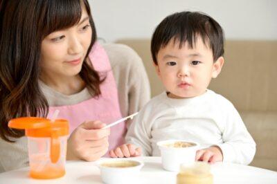 食事中の男の子