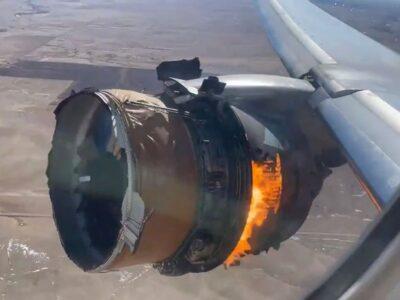 米ユナイテッド航空の旅客機ボーイング777の燃えるエンジン。