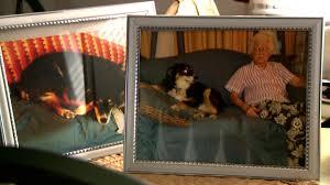 ルルと在りし日の飼い主ビル・ドリスの写真