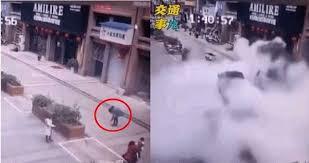 爆竹投下でマンホール爆発