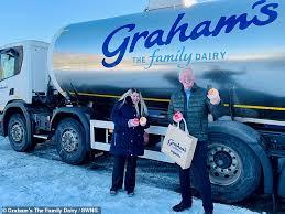 乳製品配達トラックを押したシャーリーンさんと Grahamの会長ロバート・グラハムさん。