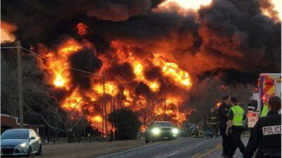 トラックが列車と衝突し、大規模な爆発